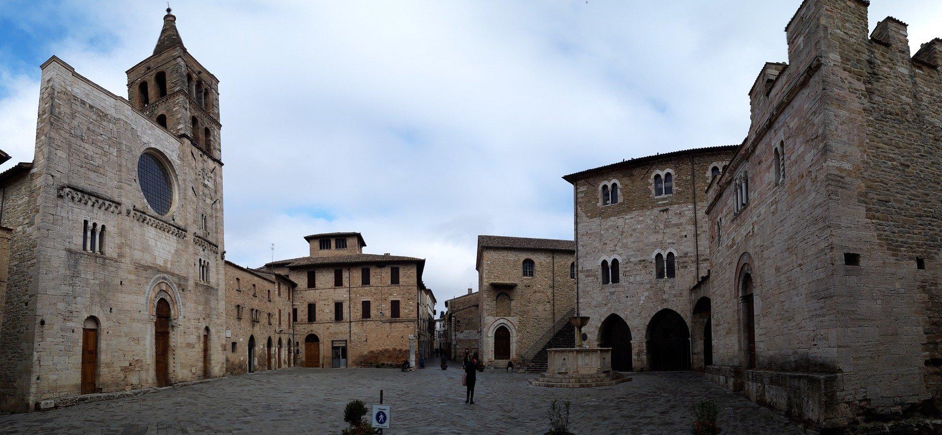 Bevagna, la storia vivente: il borgo, le botteghe, le Gaite.