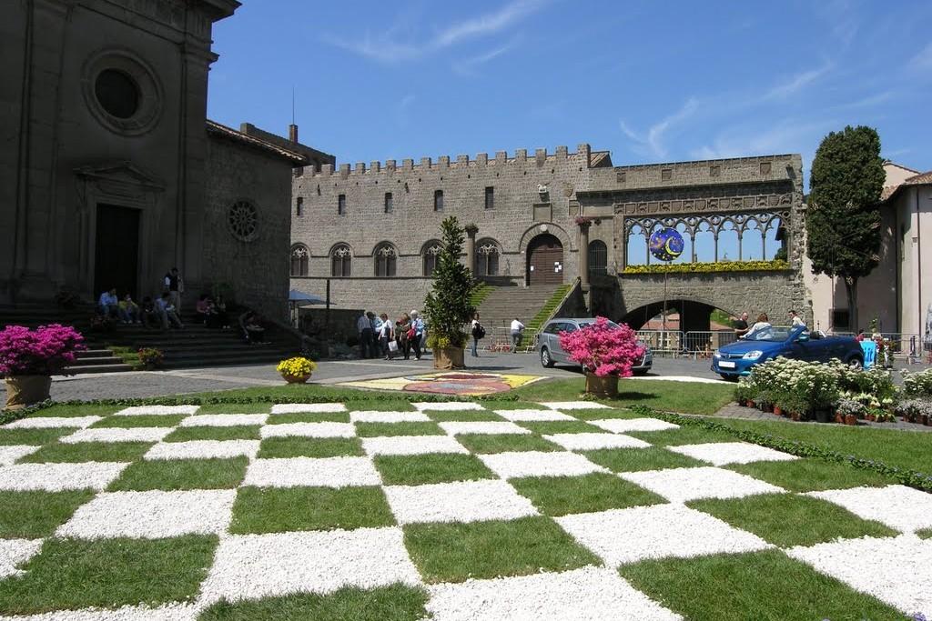 la piazza del Palazzo dei Papi a Viterbo durante San Pellegrino in Fiore