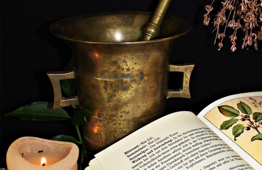 The charm of alchemy: between science and magic